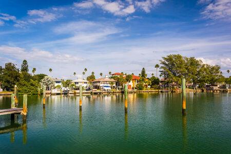 st  pete: Docks e case lungo poco McPherson Bayou a St. Pete Beach, Stati Uniti Archivio Fotografico