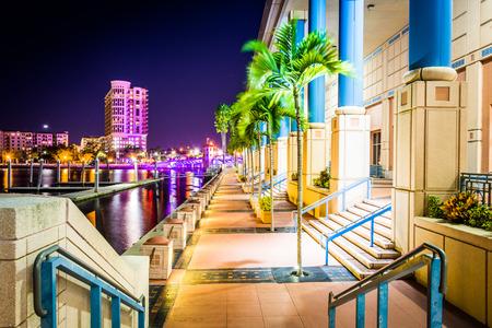 Het Convention Center en Riverwalk bij nacht in Tampa, Florida.