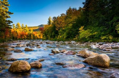 Kancamagus 高速道路ニューハンプシャー、ホワイト マウンテン国有森林に沿ってスウィフト川秋の色。 写真素材