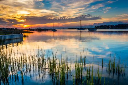 Zonsondergang over de rivier de Folly, in Folly Beach, South Carolina.