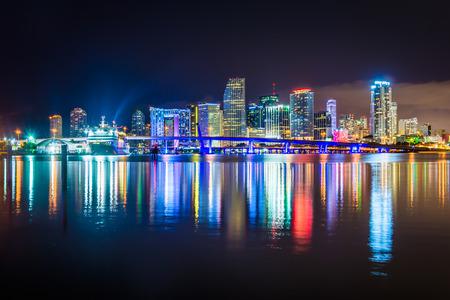 De Horizon van Miami in de nacht, gezien vanaf Watson Island, Miami, Florida. Stockfoto