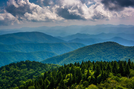View of the Blue Ridge Mountains seen from Cowee Mountains Overlook on the Blue Ridge Parkway in North Carolina. 版權商用圖片