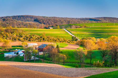 paisaje rural: Vista de campos de cultivo y colinas en el Condado de York rural, Pennsylvania.