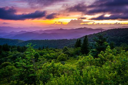 Zonsondergang vanaf Cowee Bergen Overlook, op de Blue Ridge Parkway in Noord-Carolina. Stockfoto