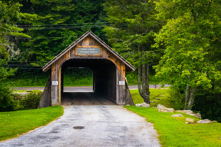 north carolina: The Will Henry Stevens Covered Bridge in Highlands, North Carolina. Editorial