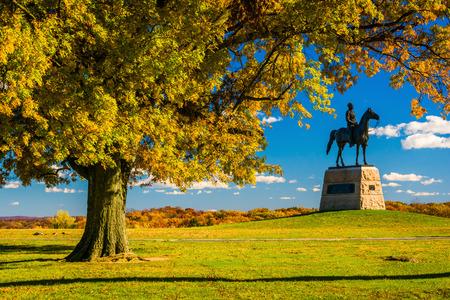 gettysburg battlefield: Tree and statue on a battlefield at Gettysburg, Pennsylvania.