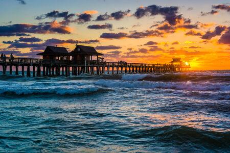 Zonsondergang over de vissteiger en de Golf van Mexico in Naples, Florida.