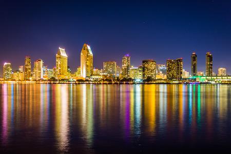 Die Skyline von San Diego in der Nacht, von Centennial Park zu sehen, in Coronado, Kalifornien.