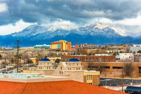 Uitzicht op verre bergen en gebouwen in Albuquerque, New Mexico.