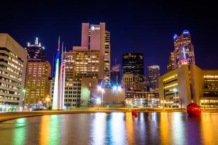 De horizon van Dallas en de reflecterende zwembad op het stadhuis 's nachts, in Dallas, Texas. Stockfoto