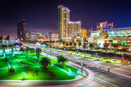 Uitzicht op Harbor Drive en wolkenkrabbers in de nacht, in San Diego, Californië.