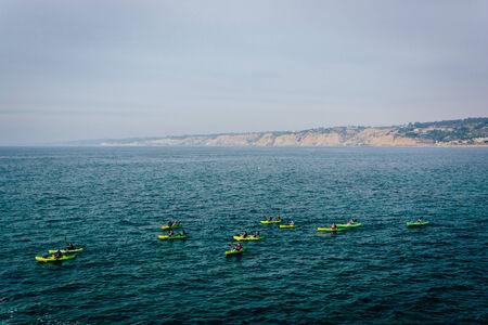 ocean kayak: Los kayakistas en el Oc�ano Pac�fico, visto desde La Jolla, California.