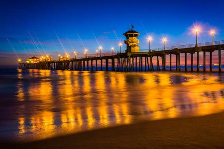 De pier 's nachts, in Huntington Beach, Californië. Stockfoto