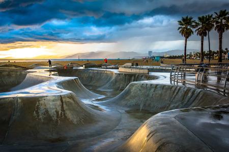 The Venice Skate Park bij zonsondergang, in Venice Beach, Los Angeles, Californië.