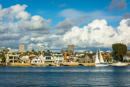 Uitzicht van Balboa Island, en gebouwen in Irvine, uit Newport Beach, Californië. Stockfoto