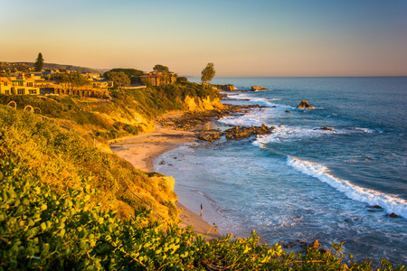 View of cliffs along the Pacific Ocean, from Corona del Mar, California. 免版税图像 - 37341480