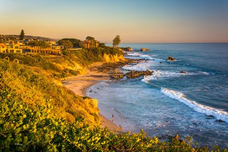 case colorate: Vista delle scogliere lungo l'Oceano Pacifico, da Corona del Mar, California. Archivio Fotografico