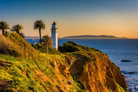 ランチョス パロスベルデス, カリフォルニアの夕日ポイントビセンテ灯台の眺め。