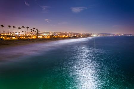 Uitzicht op het strand en de Stille Oceaan in de nacht, van Balboa Pier in Newport Beach, Californië. Stockfoto
