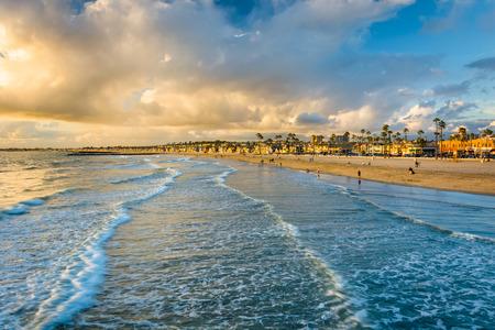 뉴 포트 비치, 캘리포니아에있는 태평양 바다와 해변에서 석양의보기에서 파도
