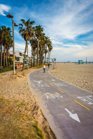 Bike path along the beach, in Venice Beach, Los Angeles, California. Imagens
