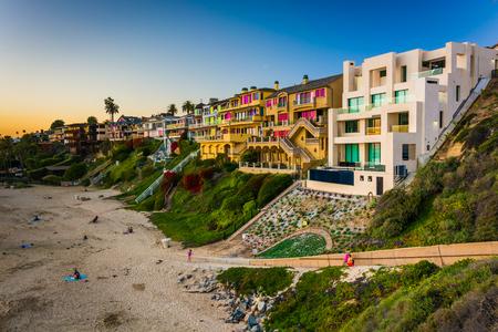 case colorate: Case sulla scogliera sopra Corona Del Mar State Beach, visto dal punto di ispirazione, a Corona del Mar, California. Archivio Fotografico