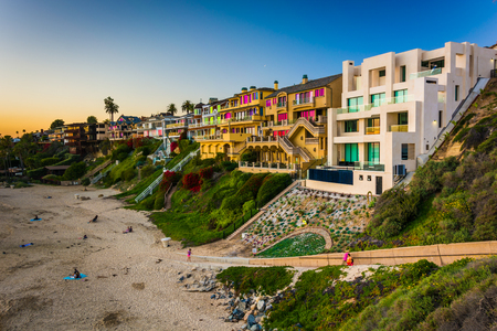 Huizen op klippen boven Corona Del Mar State Beach, gezien vanaf Inspiration Point, in Corona del Mar, Californië. Stockfoto