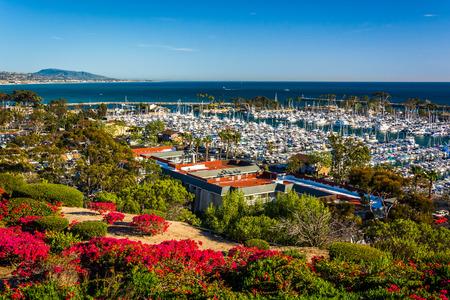 Bloemen en uitzicht op de haven van Heritage Park in Dana Point, Californië.