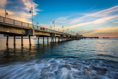 De Belmont Pier bij zonsondergang, in Long Beach, Californië. Stockfoto