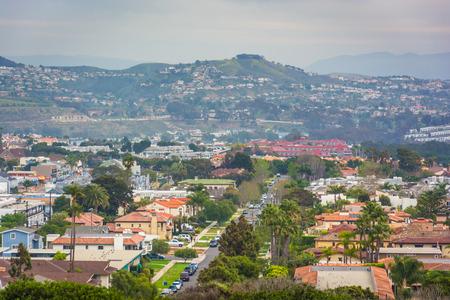 遠くの丘と丘の頂上公園カリフォルニア ・ デイナ ポイントでからの家のビュー。