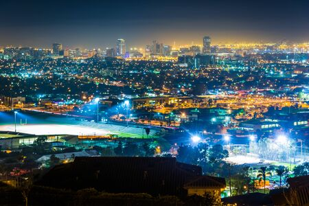 Uitzicht op de skyline van Long Beach in de nacht, van Hilltop Park, in Signal Hill, Long Beach, Californië. Stockfoto