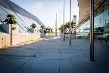 Walkway at the Convention Center in San Diego, California. Imagens