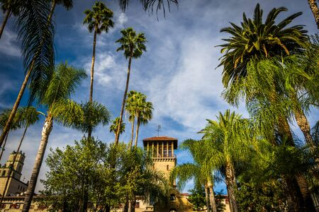 mision: Palmeras y el exterior del mesón de la misión, en Riverside, California.