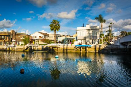 ボートやビーコン湾、カリフォルニア州ニューポート ・ ビーチ沿いの家。