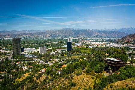カリフォルニア州ロサンゼルス、マルホランド ・ ドライブで遠くの山々 と大学都市を見落とすからユニバーサル ・ シティの眺め。