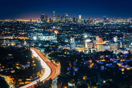 Uitzicht op de Horizon van Los Angeles en Hollywood in de nacht van de Hollywood Bowl Overlook, in Los Angeles, Californië.