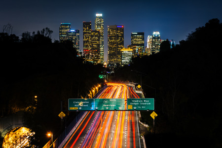 View of the 110 Freeway and downtown Los Angeles Skyline at night, from the Park Row Drive Bridge, in Los Angeles, California. Standard-Bild