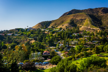 View of houses and hills in Hollywood from Canyon Lake Drive in Los Angeles, California. 版權商用圖片
