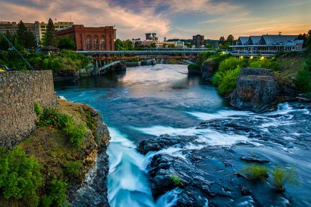 Spokane Falls en het uitzicht van de gebouwen in Spokane, Washington.