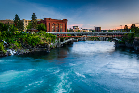 The Spokane River at sunset, in Spokane, Washington. 免版税图像