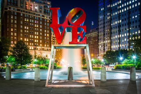LOVE Park 's nachts, in het centrum, Philadelphia, Pennsylvania.