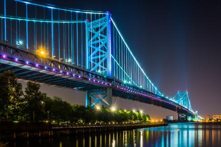 The Benjamin Franklin Bridge at night, in Philadelphia, Pennsylvania. 版權商用圖片