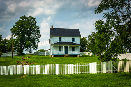 battlefield: Fence and old historic house at Antietam National Battlefield, Maryland. Stock Photo