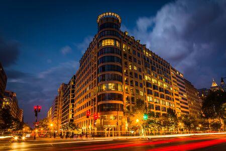 Lange blootstelling van het verkeer op K Street en een modern gebouw 's nachts, in Washington, DC. Stockfoto