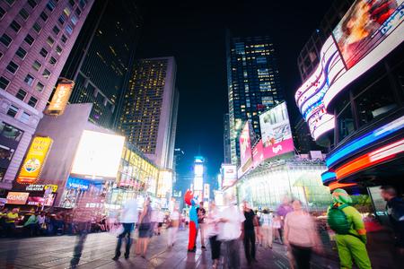 夜、ミッドタウン マンハッタン、ニューヨークのタイムズスクエア。