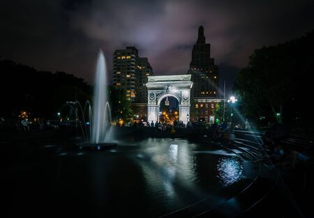 Fountain and the Washington Arch at night, in Washington Square Park, Greenwich Village, Manhattan, New York. Reklamní fotografie