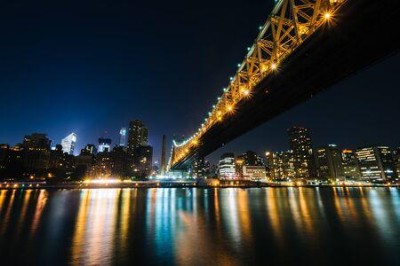 queensboro bridge: The Queensboro Bridge and Manhattan skyline at night, seen from Roosevelt Island, New York.