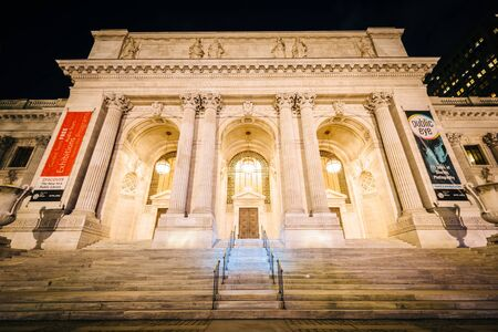 midtown manhattan: The New York Public Library at night, in Midtown Manhattan, New York. Editorial