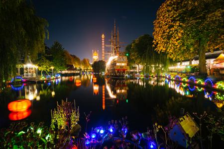 danmark: The lake at Tivoli Gardens at night, in Copenhagen, Denmark. Editorial