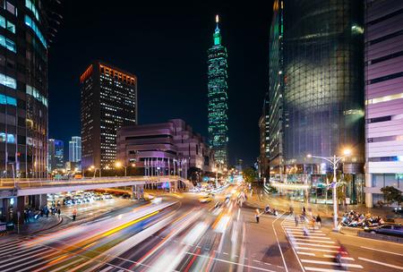 Traffic on Xinyi Road and view of Taipei 101 at night, in Taipei, Taiwan. Foto de archivo